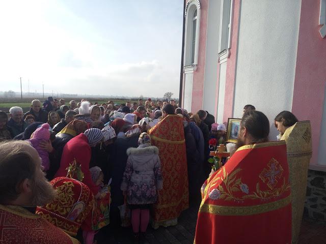 Прот. Володимир Шкварок читає Євангеліє