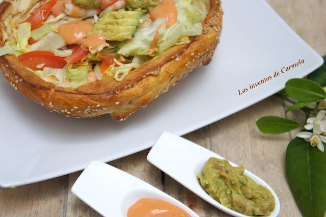 Ensalada+de+gambas+con+aguacate+y+aderezada+con+salsas+rosa+y+guacamole+sobre+canasta+de+pan+pizza3.jpg