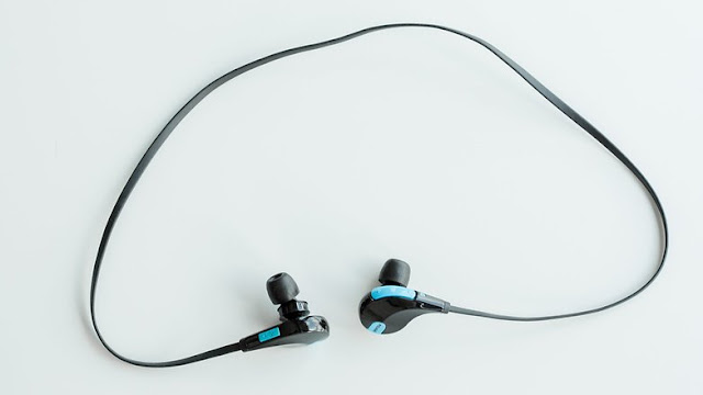 This headset connects to the smartphone via Bluetooth.