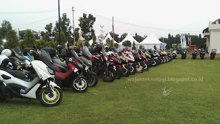 parkiran penuh dengan motor club
