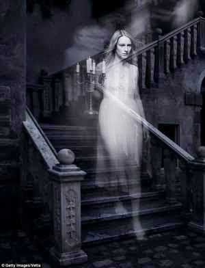 Sonar con una mujer vestida de blanco muerta