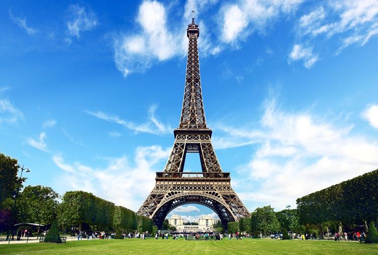 Hati-hati, Sekarang Membuat Foto Menara Eiffel Bisa Didenda!