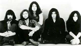 Fotografía en blanco y negro de Deep Purple en 1971. De izquierda a derecha: Jon Lord, Roger Glover, Ian Gillan, Ritchie Blackmore e Ian Paice