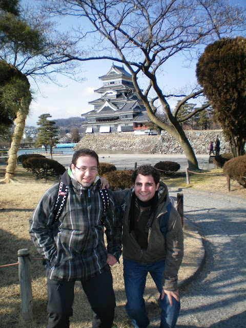 Con el castillo de Matsumoto de fondo