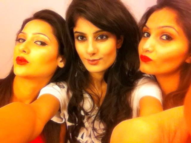 niharika-anand-selfie-with-her-friends