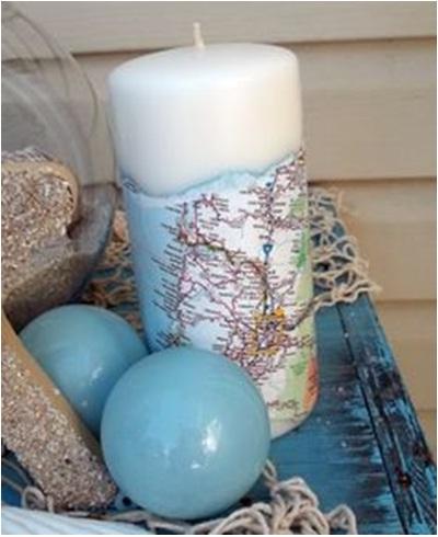 Buat lilin hias dengan membungkus lilin biasa menggunakan peta. Lebih baik gunakan lilin elektrik. Tidak lucu kan kalau motif petanya tertutup lelehan lilin, apalagi sampai terbakar.