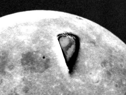 """La extraña """"rebanada de pizza"""" fotografiada por el Apolo 8"""