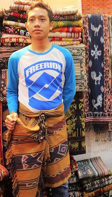 Blogger Eksis mengenakan sarung tenun dari NTT