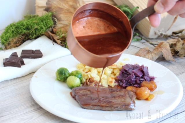 """alt=""""belle assiette de chasse avec une sauce chocolat vin rouge dans une casserole en cuivre"""""""