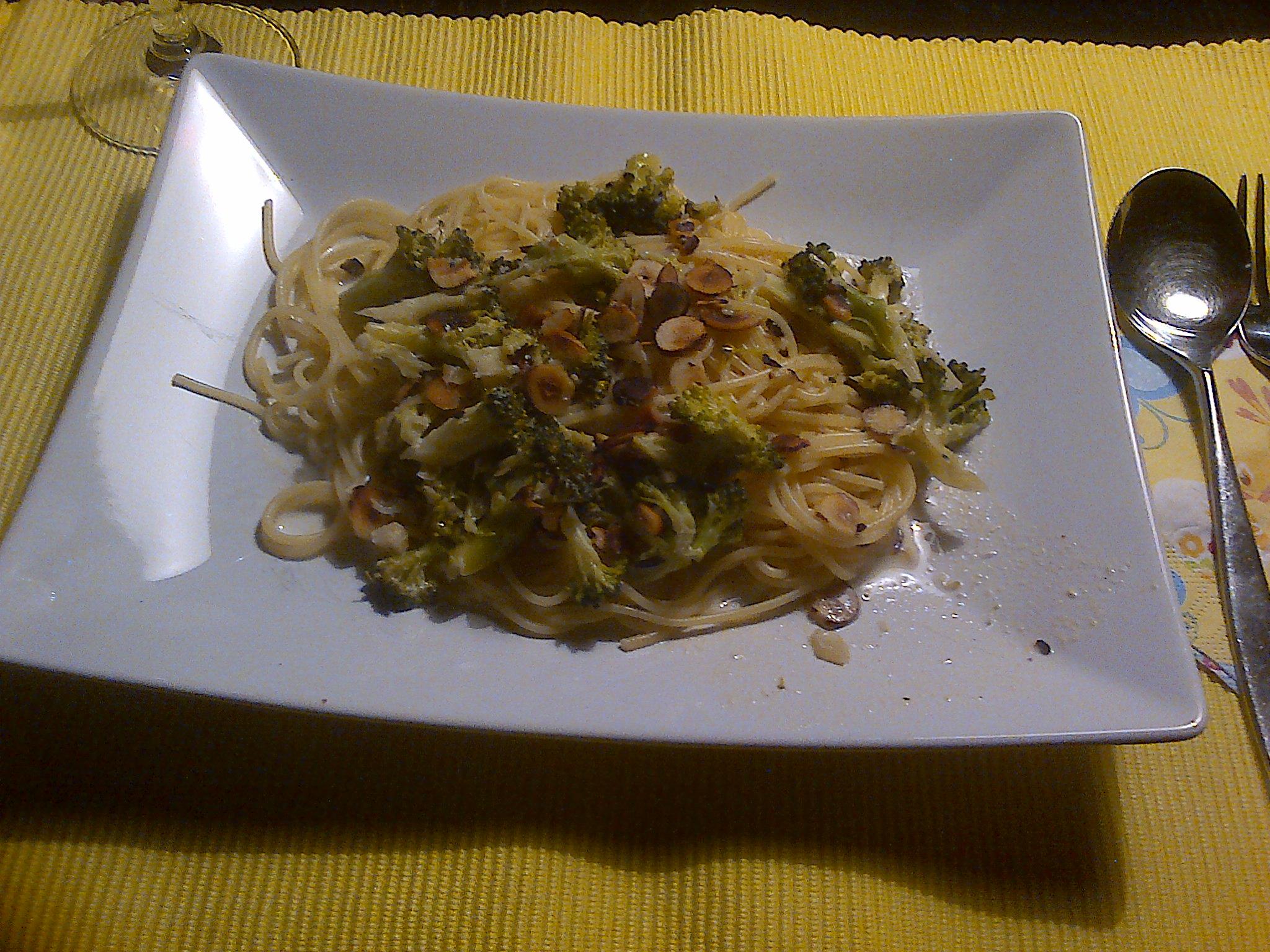 Spaghetti mit Brokkoli-Haselnuss-Sahnesauce