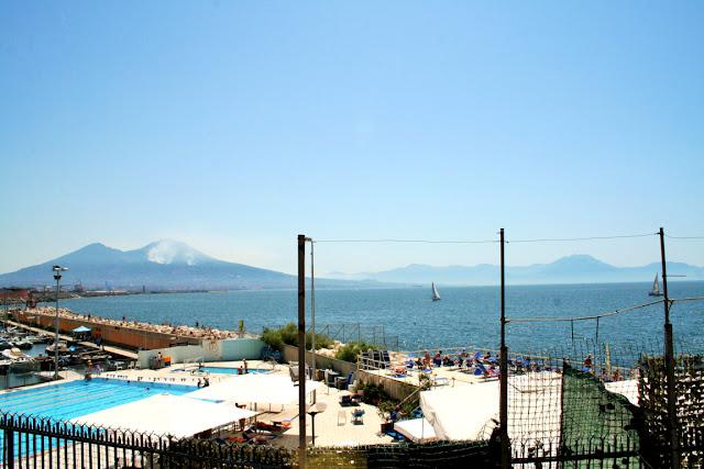 vesuvio, montagne, fumo, incendio, mare, cielo, golfo di Napoli, piscina, lungomare, bagnanti, vavanze