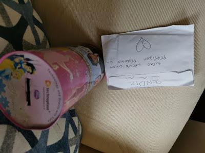 ndis menyerahkan sebuah celengan tabungannya bersama selembar surat