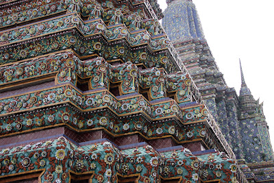 Torres e piastrelle di ceramica a Wat Pho