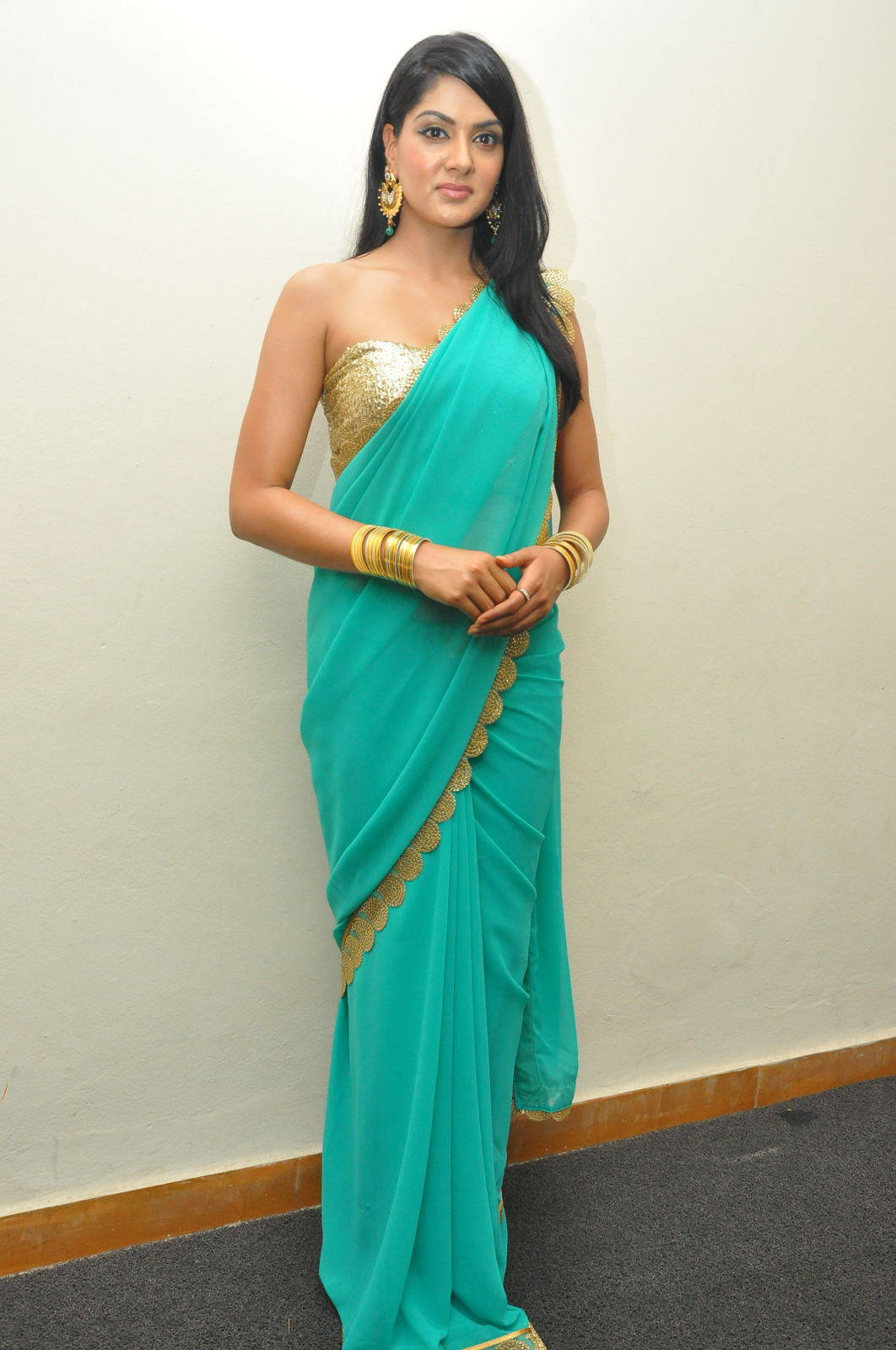 South Indian Hot Girl Sakshi Chaudhary Hip Navel Stills In Designer Green Saree
