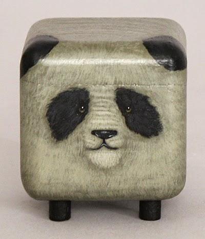 Panda de juguete hecho de madera pintada a mano