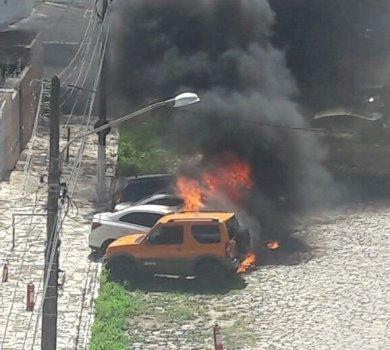 Incêndio atinge quatro carros no centro de Natal