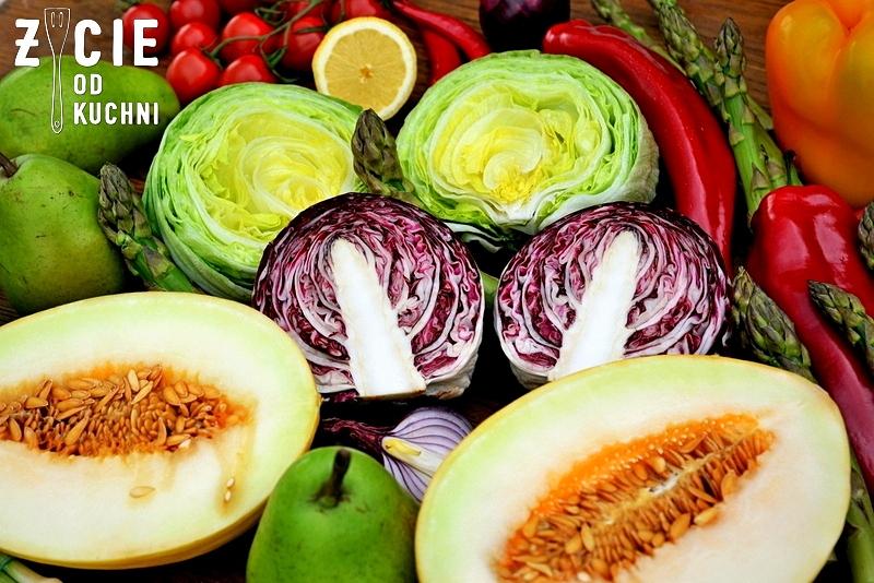 melon, melon miodowy, jak wyglada melon, jak pokroic melona, salata, salata lodowa, salata radicchio , przekrojone warzywa, przekrojona salata, papryka, stol pelen warzyw, kompozycja z warzyw, blog, zycie od kuchni, przepisy na grilla, co do grilla, salatka do grilla