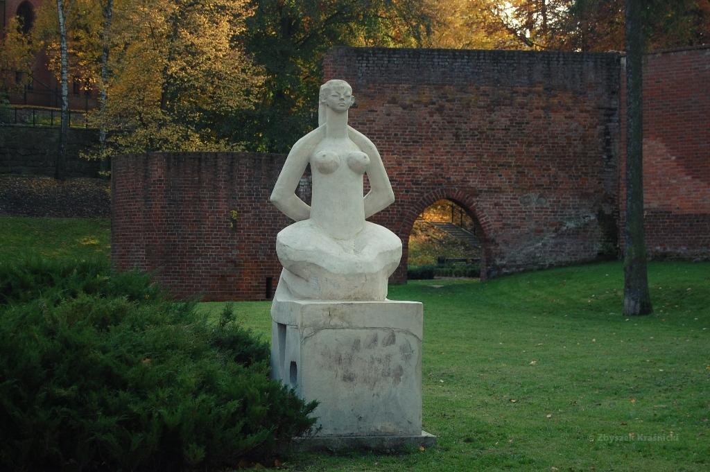 Olsztyn, rzeźba w parku zamkowym