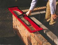 Herramienta para colocar el cemento entre ladrillos