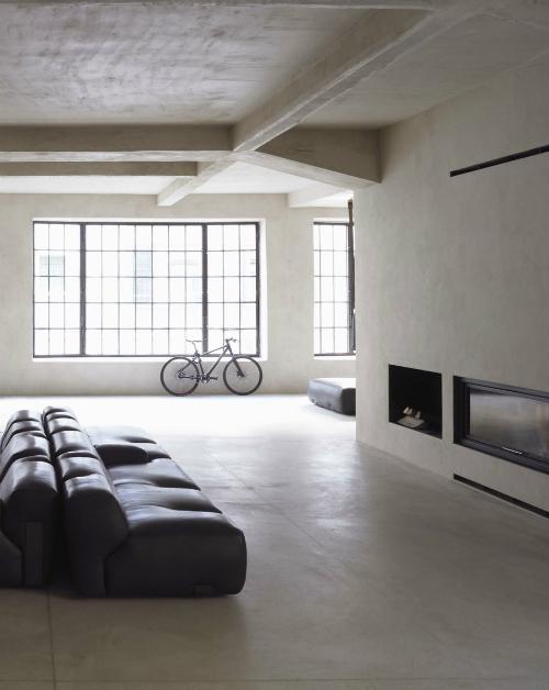 Im Wohnzimmer stehen Sofas, die De Cotiis selbst entworfen hat.