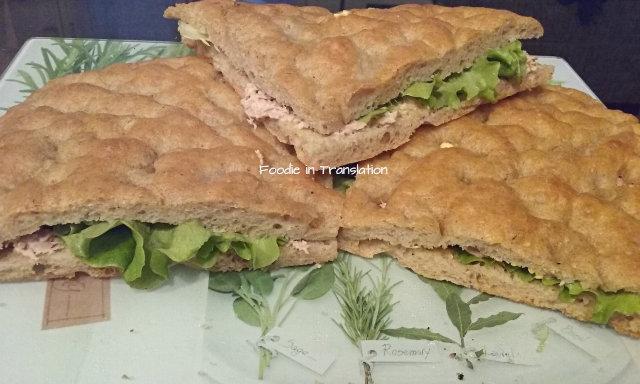 La Rubrica del Lunedì: Focaccia ripiena con tonno e insalata - Monday's Page: Stuffed focaccia with tuna and lettuce
