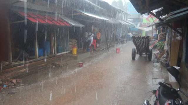 নিম্নচাপের প্রভাবে মংলায় থেমে থেমে বৃষ্টি, দমকা বাতাস