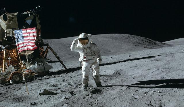 Аполлон-16 Дьюк салютует флагу
