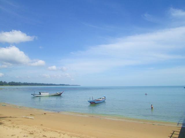 Pantai di Dermaga Temajuk