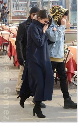 セレーナ・ゴメス(Selena Gomez)は、スチュアートワイツマン(Stuart Weitzman)のブーツを着用。