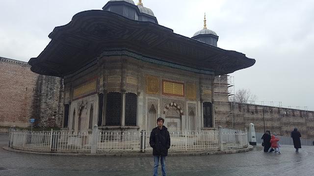 Harun İstenci'nin İstanbul Sultanahmet'de III. Ahmet Çeşmesi ziyareti.