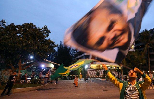 Una carrera de tuits marca las horas previas a las elección en Brasil