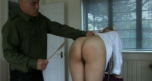 Мулаточка молодая мастурбирует клитор а мужик смотрит