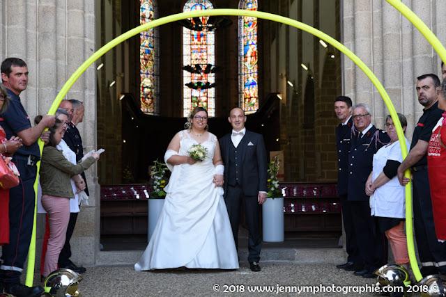 sortie des mariés de l'églie, pompiers, tuyaux de pompiers