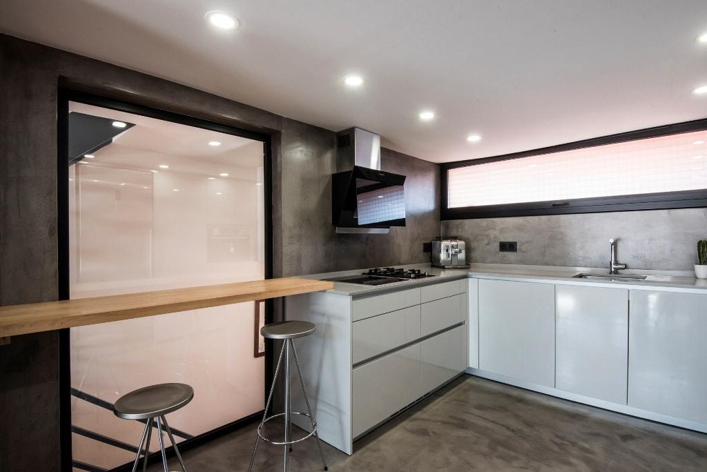 Un dise o sin muebles colgantes y c mo suplir ese espacio for Muebles altos de cocina