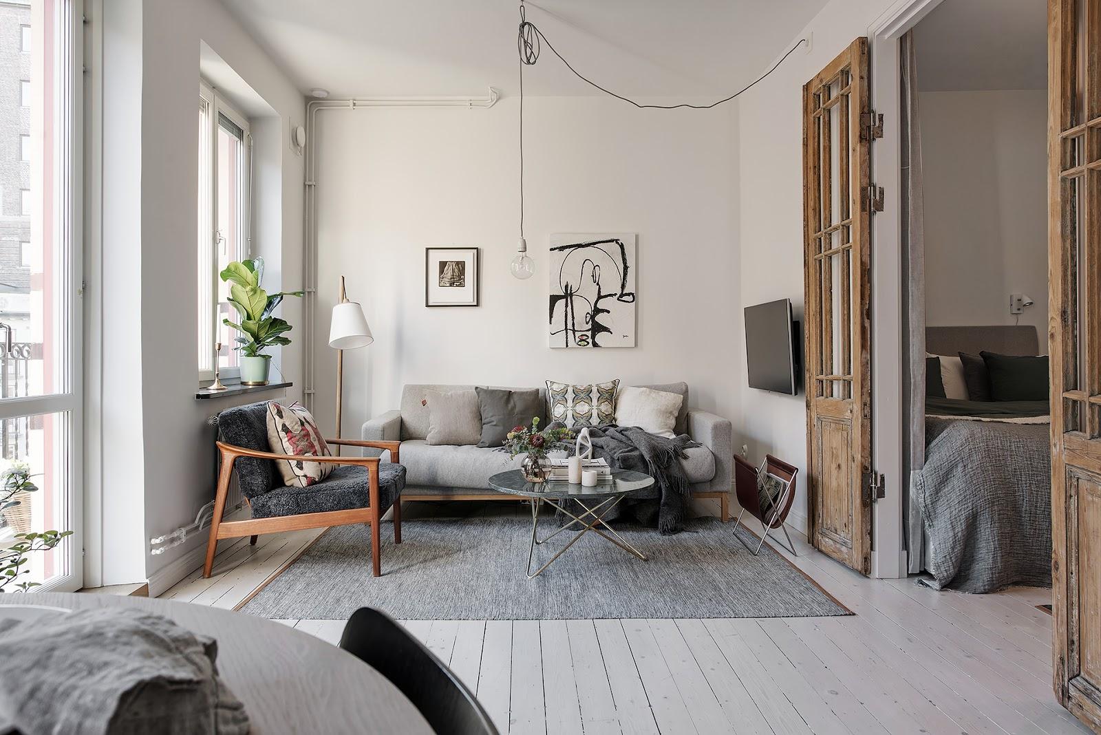 Uși din lemn nefinisat și plan deschis într-un apartament de numai 40 m²
