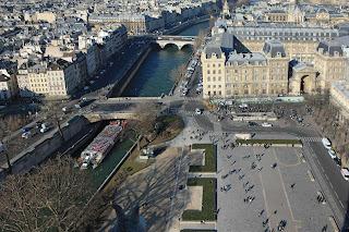 Le parvis de Notre Dame et l'ancien tracé des rues