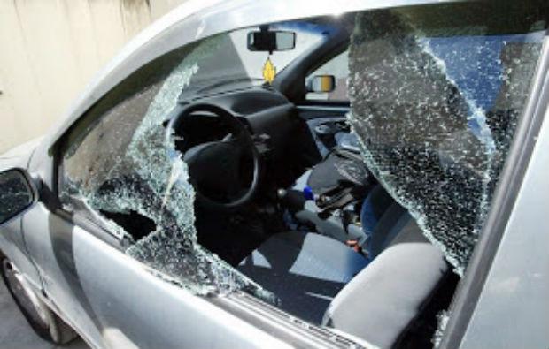 Pais esquecem bebê dentro do carro e população quebra o vidro para socorrer a criança