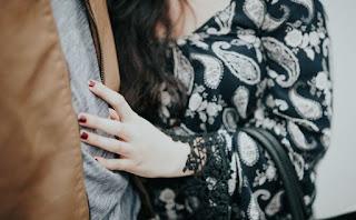 8 σημάδια ότι δεν έχεις ξεπεράσει τον πρώην σου (και ούτε πρόκειται αν συνεχίσεις έτσι)
