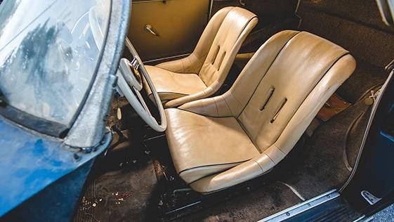 El coche clásico aún conserva del polvo del garage