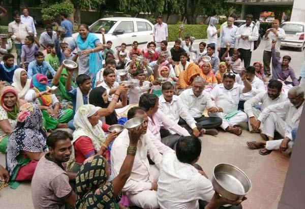 8 माह से बेरोजगार हुडा कर्मचारियों ने मांगी कटोरा लेकर भीख