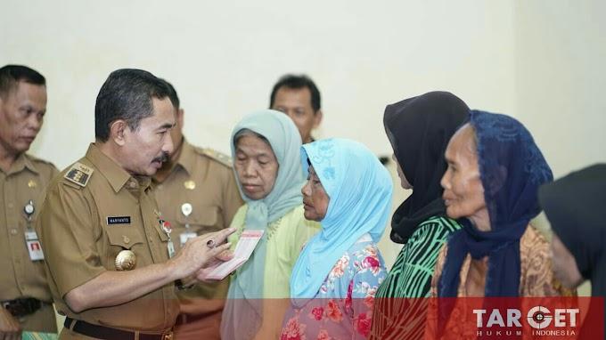 Bupati Haryanto Serahkan Bantuan Sosial dan Bencana Alam Dengan Total 49 Juta