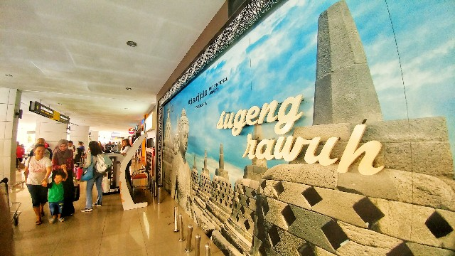 Terminal B Bandara Adi Sutjipto Yogyakarta dengan Foto Candi Borobudur