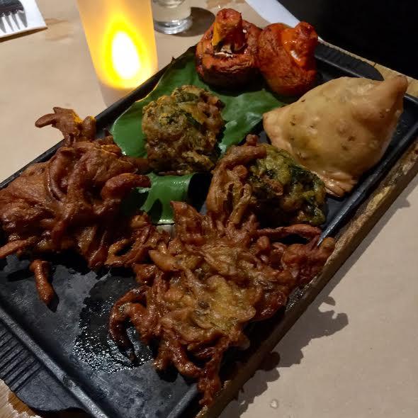 vegetarian platter;  pakora;  samosa; bhajas