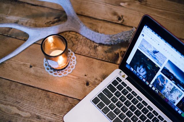 JENIS Dan TIPE BLOGGING Secara luas ada tiga jenis blogging. Blogging Uang: tujuan utama adalah untuk mendapatkan uang dengan blog. Uang yang didapatkan dengan sebuah blog dengan menjual produk dan jasa.  Produk dan layanan adalah produk pribadi blog atau orang lain, yang menjual (blogger) hasil dari komisi.  Tampilan iklan banner dan iklan teks, ini juga sumber lain untuk menghasilkan uang dengan blog.  Blogging Bisnis: itu berarti untuk mempromosikan sebuah bisnis. Ini tidak langsung bertindak sebagai alat pemasaran untuk meningkatkan penjualan bisnis.  Ini juga bekerja sebagai gambaran pembangun bisnis. Apapun jenis bisnis yang Anda memiliki Anda dapat mendukung hal ini dengan memulai sebuah blog.  Orang akan membaca blog Anda dan memiliki pemahaman yang lebih mengenai produk Anda dan bisnis Anda. Ini adalah cara paling cerdas, online untuk mengembangkan bisnis Anda, karena Anda tidak perlu menghabiskan banyak biaya. Jika Anda sementara melakukan ini.  Blogging Amatir: hal ini dilakukan untuk tujuan selain uang. Hal ini dapat menyenangkan, Jaringan dan berbagi pengetahuan.  Ini adalah bentuk termudah dari blogging. Itu sebabnya tidak di bawah fokus untuk besar di blogosphere dan tidak banyak ada yang peduli, jika seseorang memulai sebuah blog hanya untuk menikmati dengan itu.  Hanya teman dan kolega yang mengunjungi dan mengomentari posting. Ini adalah murni jenis dari blogging pribadi.  BAGAIMANAKAH BLOGGING PADA MASA SEKARANG? Sekarang konsep blogging lebih luas daripada sebelumnya. Hal ini telah menjadi begitu kompetitif. Sekarang kualitas lebih penting.  Kuantitas bukanlah sebagai layak seperti dulu beberapa tahun yang lalu. Blogging membutuhkan kualitas. Perubahan ini terjadi setelah pertumbuhan blog menjamur. Sekarang hanya mereka yang fokus pada KUALITAS dapat berhasil dan memberikan nilai kepada pembaca mereka.  Jadi ini adalah semua tentang apa itu blogging. Bahwa ini mungkin adalah satu-satunya bidang perubahan dengan kecepatan tercepat. Setiap hari per