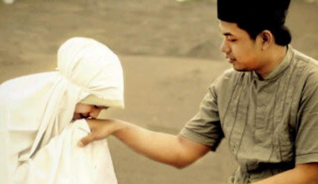Istri Mencium Tangan Suami