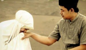 Haruskah Istri Mencium Tangan Suami Saat Ia Berangkat Kerja?