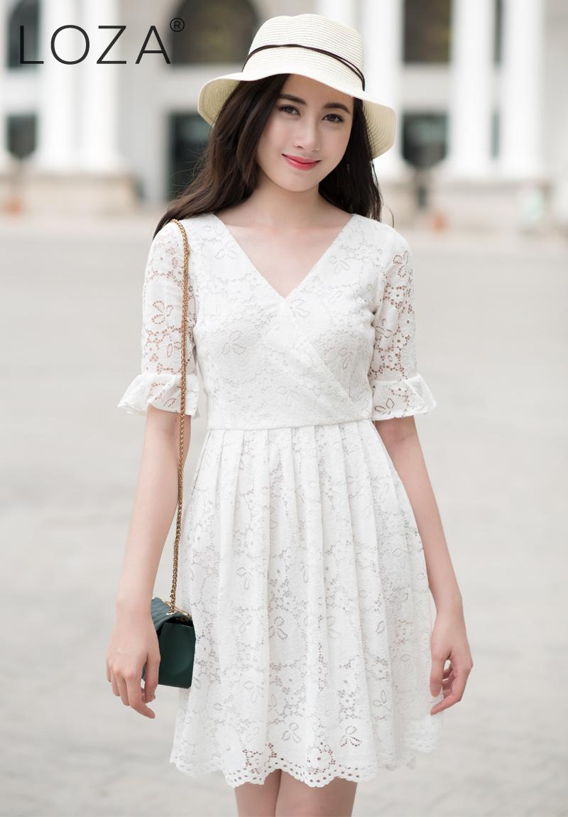 Em xinh diện bộ váy ren màu trắng