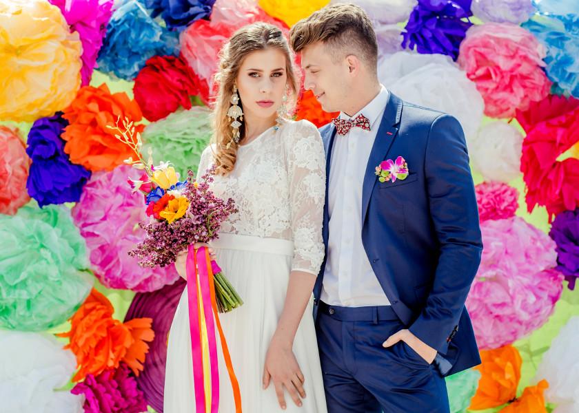 Kolorowa, letnia sesja ślubna z pomponami.