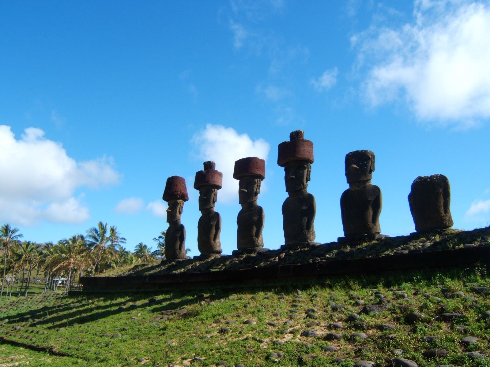 イースター島のアフ・ナウナウの六体のモアイ