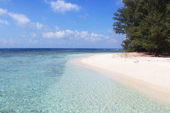 25 Pantai Yang Indah di Pulau Jawa - Kepulauan Karimun Jawa, Jawa Tengah